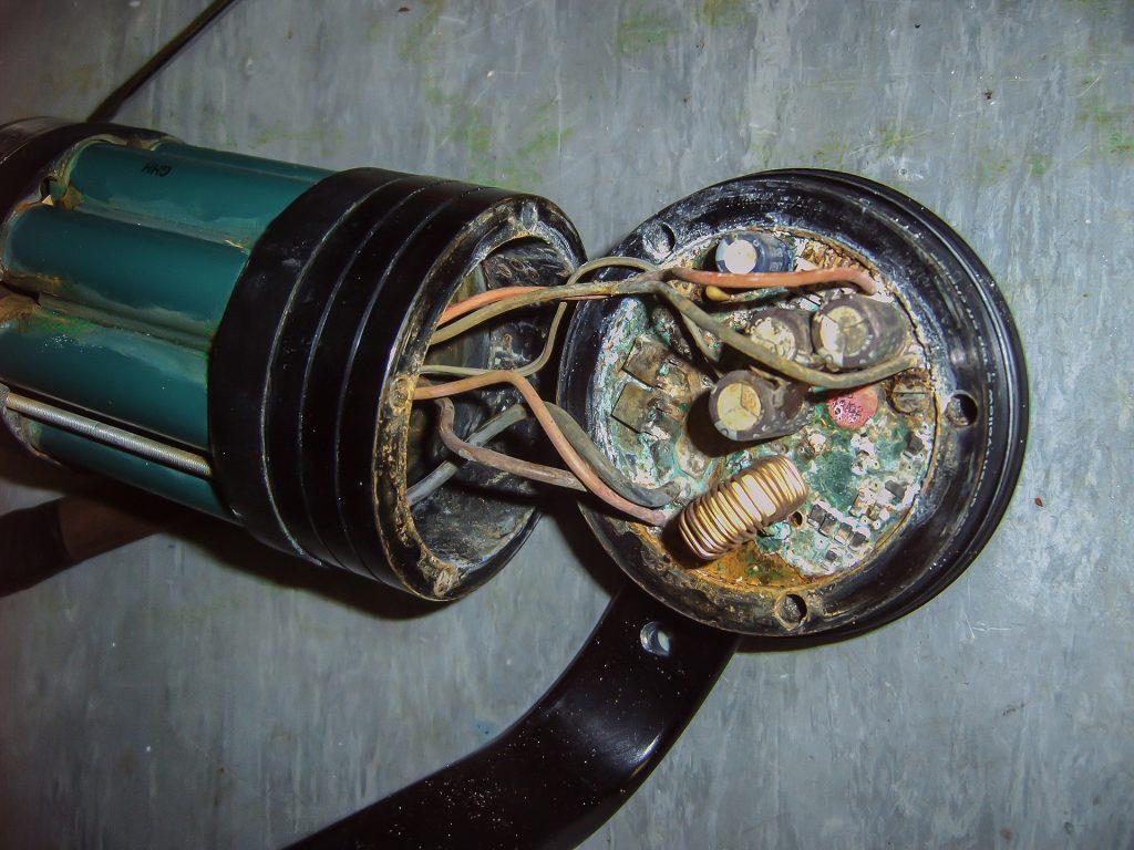פריט אלקטרוני ישן שנפגם וכולל קורוזיה, עובש וחלודה